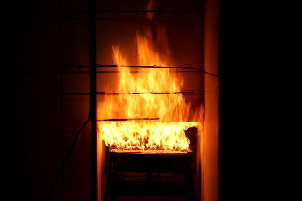 Simulation eines WorstCase: Ein Zimmerbrand beflammt mit 1.000 Grad Celsius 20 Minuten lang die Fassade - gedämmt mit Zellulose, beschlagen mit Gipsplatten.