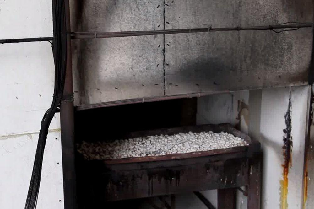 Unmittelbar nach der 20minütigen Beflammung zeigt sich: Alles hat dem simulierten Fensterbrand standgehalten. Einzig die Gipsplatten sind etwas dunkler geworden - das ist normal.